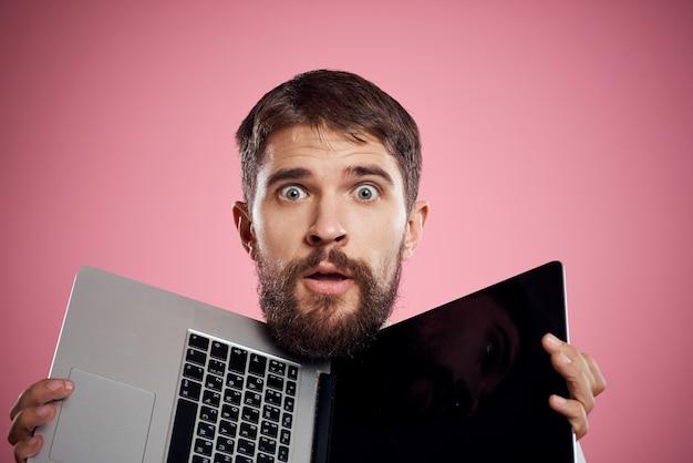 Mann mit einem offenen laptop unter dem kopf
