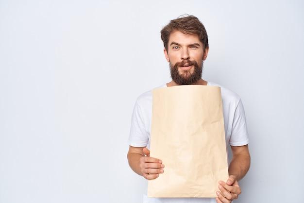 Mann mit einem paket in den händen beim einkaufen von mocap hellem hintergrund
