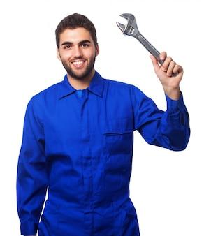 Mann mit einem schraubenschlüssel in der hand