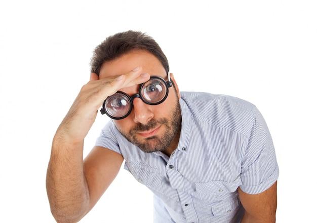 Mann mit einem überraschten ausdruck und einer dicken brille