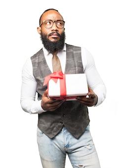 Mann mit einem weißen geschenk mit roter schleife