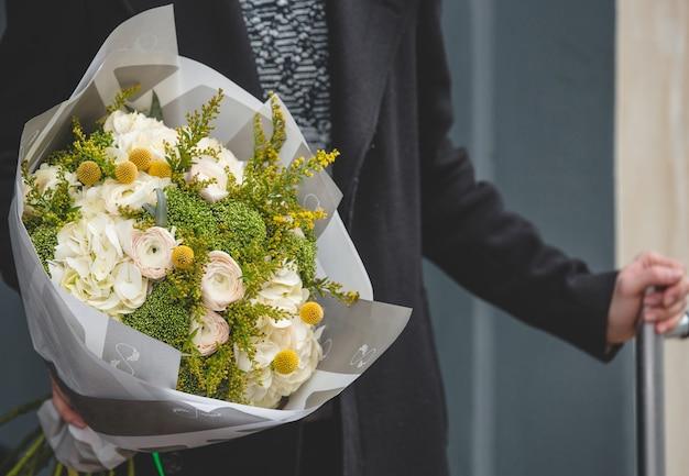 Mann mit einem weißen strauß rosen