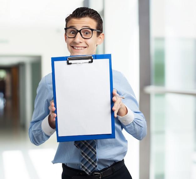 Mann mit einer arbeitsmappe