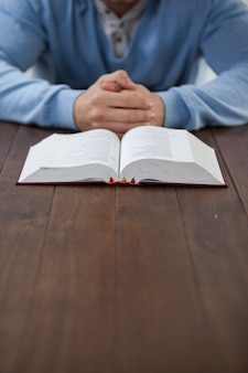 Mann mit einer bibel