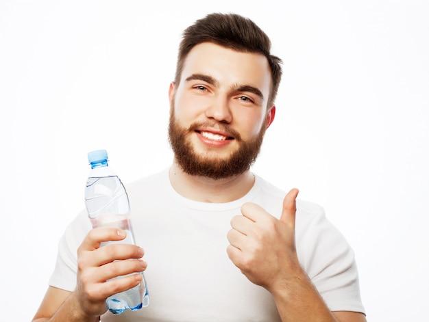 Mann mit einer flasche wasser