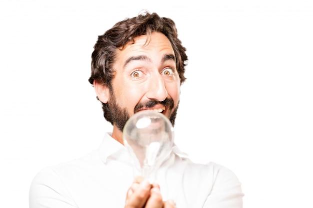 Mann mit einer glühbirne in der hand