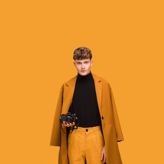 Mann mit einer kamera in einer gelben szene