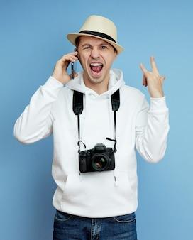 Mann mit einer kamera ist glücklich, viel glück und sieg, euphorie