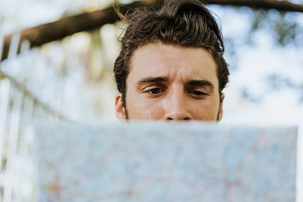 Mann mit einer karte im innenstadtpark