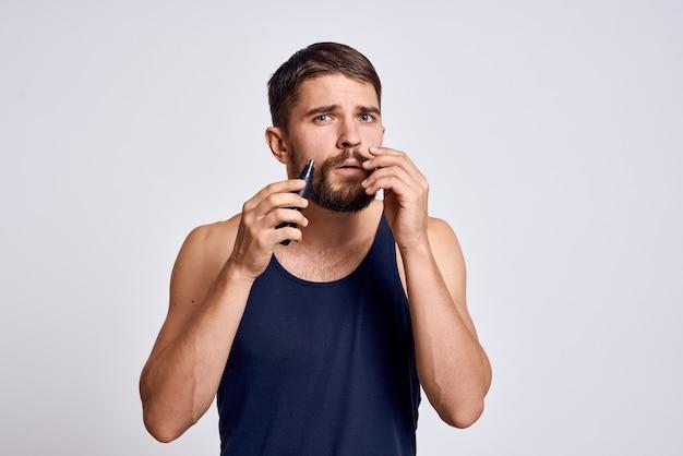 Mann mit einer maschine zum entfernen von haaren aus einer nase