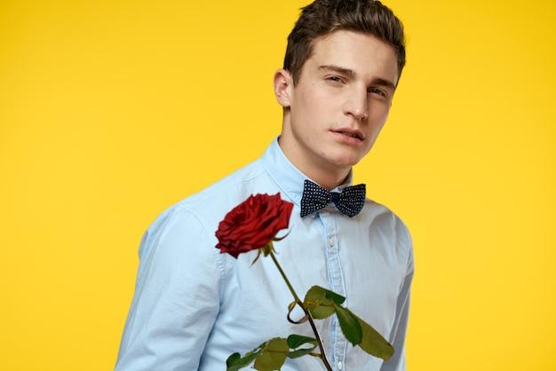 Mann mit einer schönen rosenblume in seinen händen