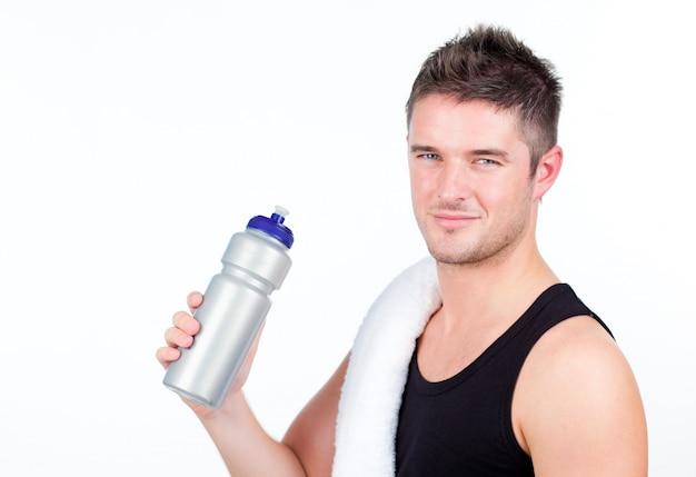 Mann mit einer sportflasche