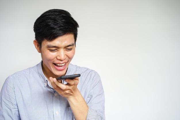 Mann mit einer sprachsteuerung eines smartphones
