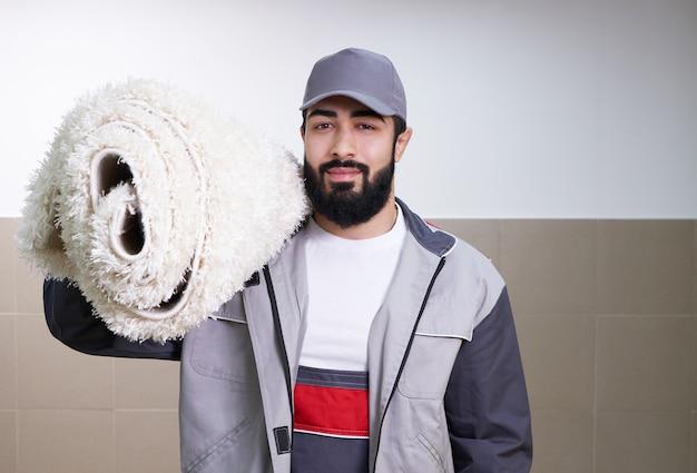 Mann mit einer teppichrolle