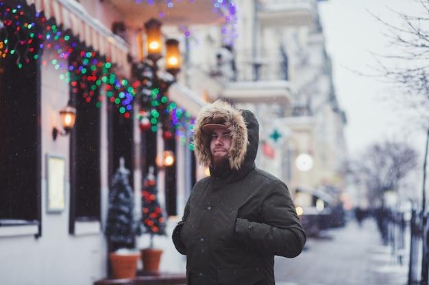 Mann mit einer winterjacke in der stadt