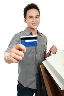 Mann mit einkaufstüten und kreditkarte