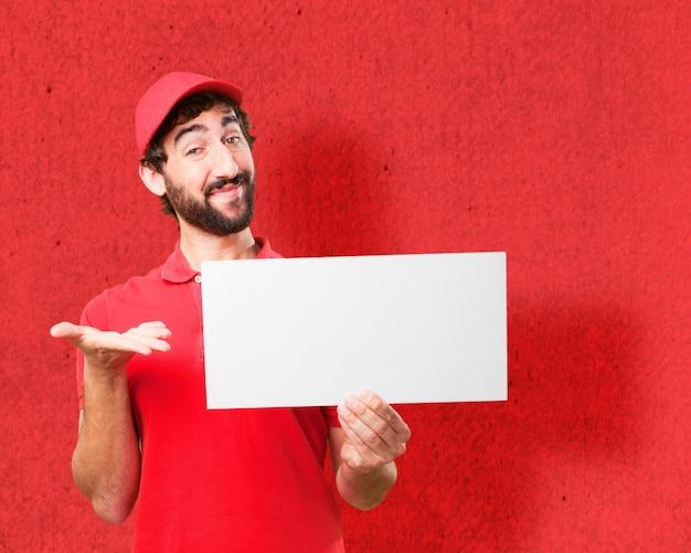 Mann mit erhobenen palmen und ein plakat