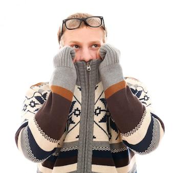Mann mit erkältung und brille