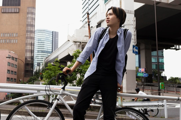 Mann mit fahrrad in der stadt