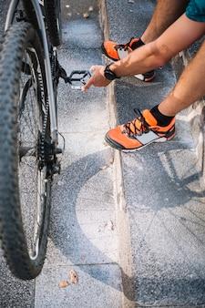Mann mit fahrrad sitzen
