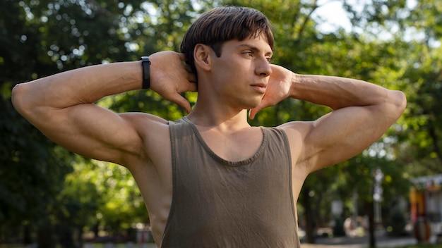 Mann mit fitnessband, das draußen arbeitet