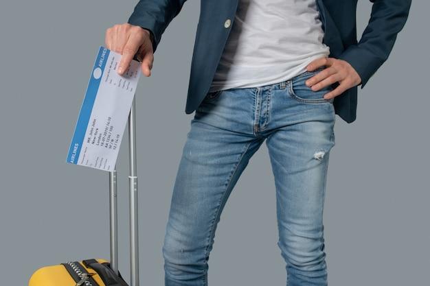 Mann mit flugticket und koffer
