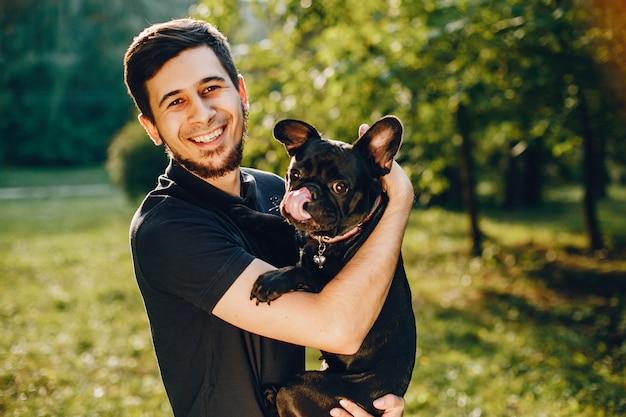 Mann mit französischer bulldogge