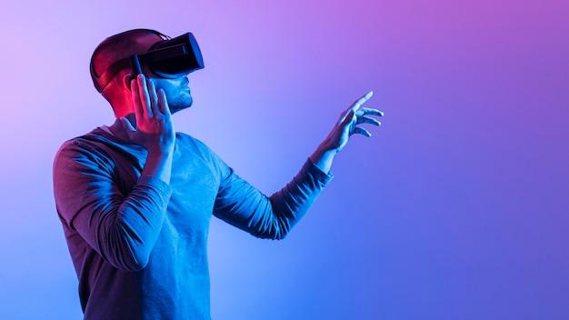 Mann mit futuristischem gerät zeigt nach oben