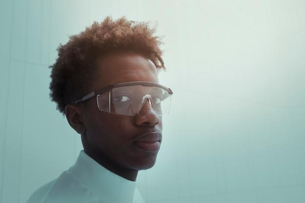 Mann mit futuristischer technologie der intelligenten brille