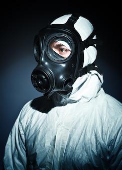 Mann mit gasmaske