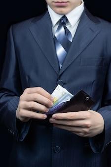 Mann mit geld in seiner brieftasche