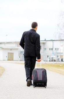 Mann mit gepäck
