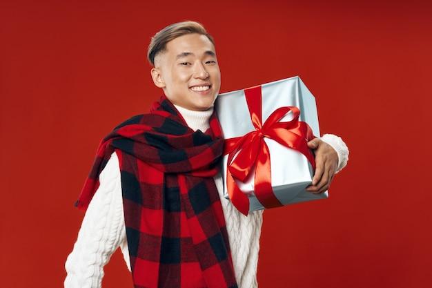 Mann mit geschenkbox urlaub roten hintergrund weihnachten neujahr