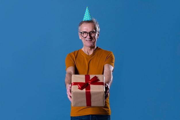 Mann mit geschenkbox