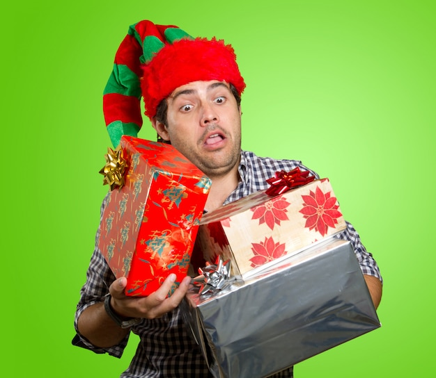Mann mit geschenken zu weihnachten