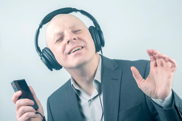 Mann mit geschlossenen augen hört musik mit kopfhörern