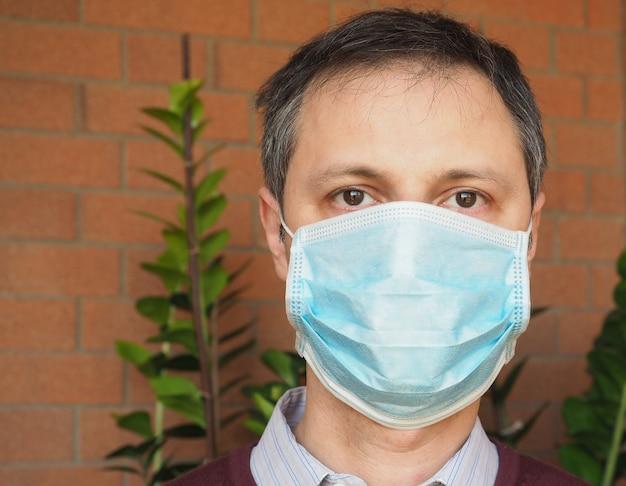 Mann mit gesichtsmaske, um die verbreitung von atemwegserkrankungen zu stoppen