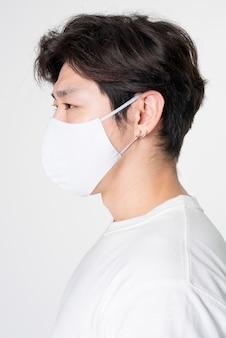 Mann mit gesichtsmaske und abstraktem bedrucktem t-shirt studioportrait