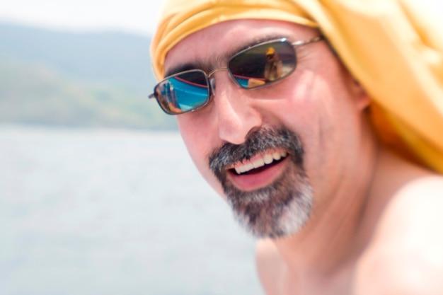 Mann mit gespiegelten sonnenbrillen auf costa-ricanischem boot