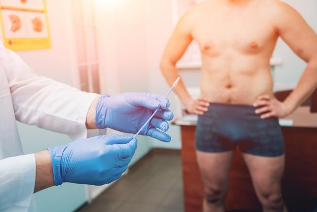 Mann mit gesundheitsproblemen, der urologen besucht.