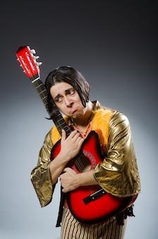 Mann mit gitarre im musikalischen konzept