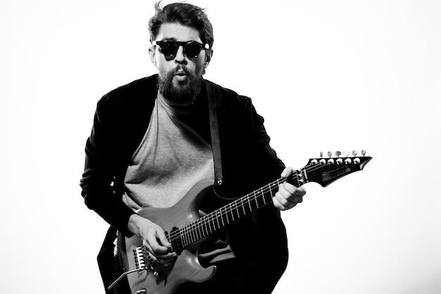 Mann mit gitarre in händen musiker rockstar leistung