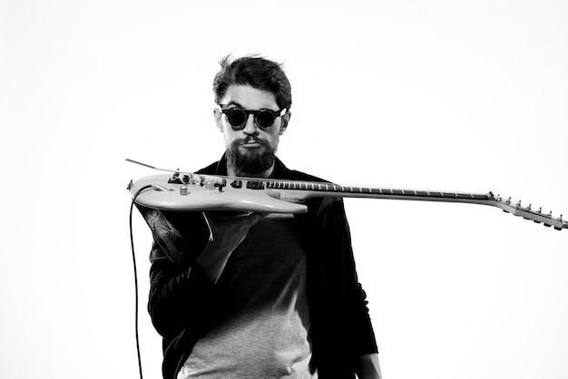 Mann mit gitarre in händen musiker rockstar