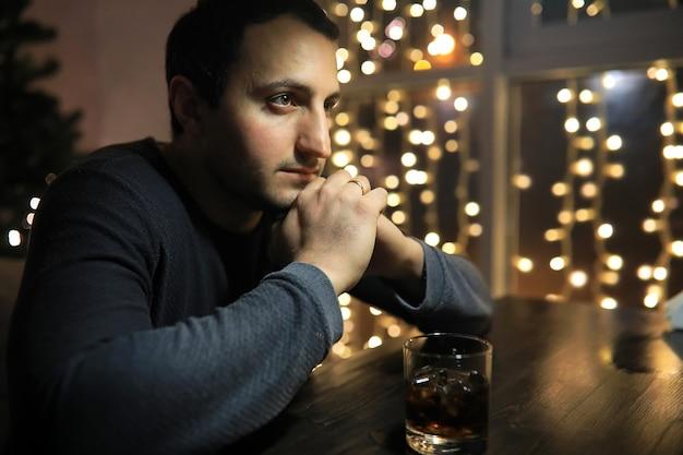 Mann mit glas whisky in der kneipe in der nacht
