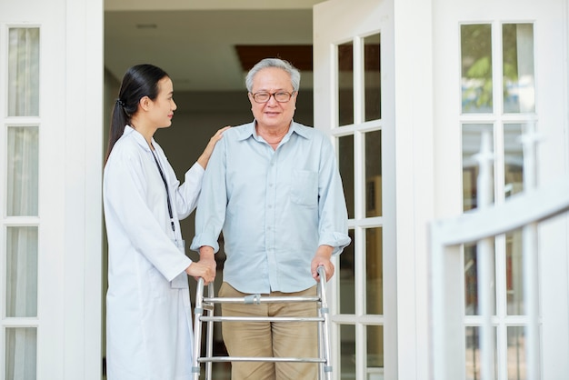 Mann mit häuslicher pflegekraft