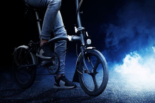 Mann mit handy auf dem fahrrad mit hellem hintergrund