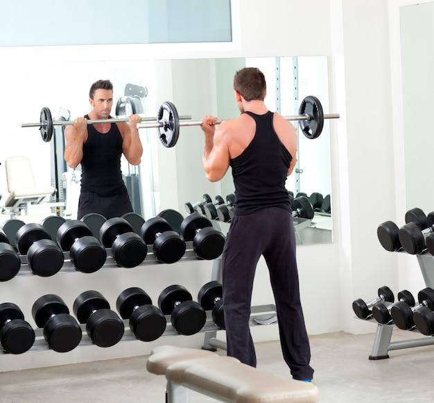 Mann mit hantel gewicht trainingsgeräte gym