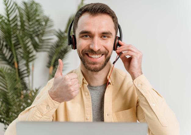 Mann mit headset mit videoanruf