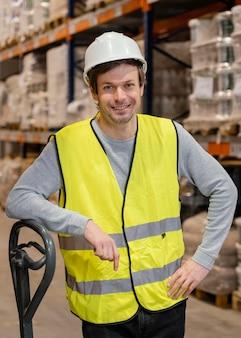Mann mit helm, der logistik arbeitet