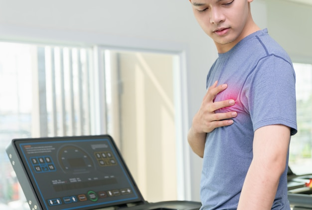 Mann mit herzinfarkt, verletzung beim weiterlaufen